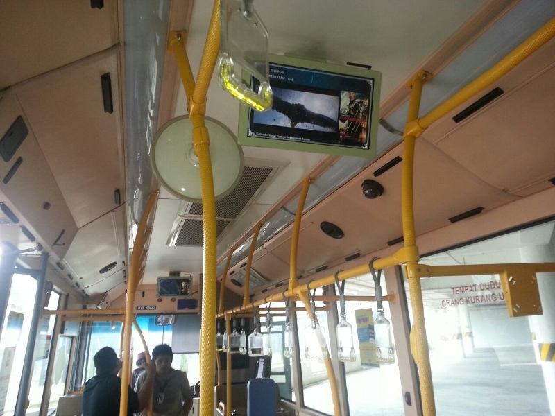 Digital signage bus solution - Bus digital signage mounted on the ceiling